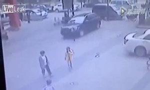 Nắp cống nổ tung vì đám trẻ ném pháo
