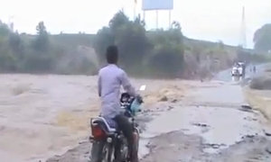 Thanh niên gặp hoạ khi đi qua dòng nước cuốn