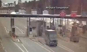 Xe tải đâm nát trạm thu phí