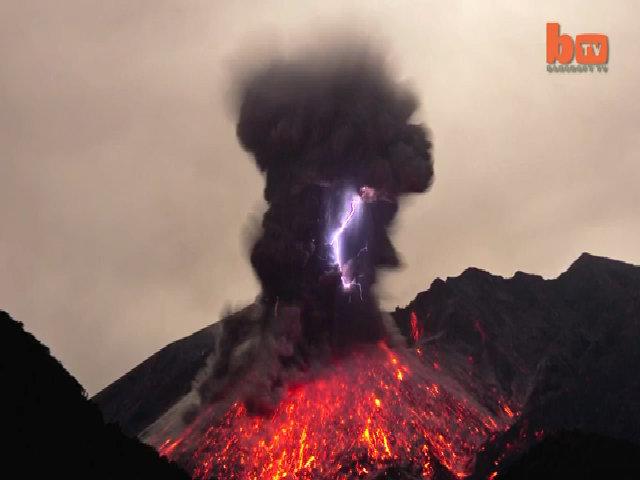 Cảnh tượng sét núi lửa tại Nhật Bản
