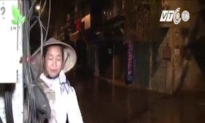 Người phụ nữ mù bán rong cá tôm ở chợ Hàm Tử Quan, Hà Nội