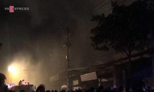 Hàng trăm cảnh sát chữa cháy nhiều xưởng, nhà dân ở Sài Gòn