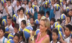 Nữ đại sứ Thuỵ Điển đi xe máy trên đường phố Sài Gòn