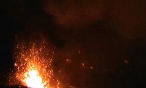 Cảnh phun trào ngoạn mục ở hồ dung nham