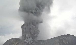 Núi lửa phun cột tro bụi gần 2 km