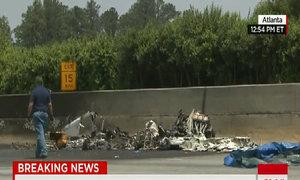 Xác máy bay Mỹ trên đường cao tốc
