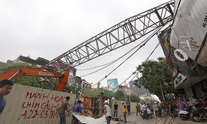 Cần cẩu thi công tuyến metro Nhổn - Ga Hà Nội đổ trên đường Cầu Giấy