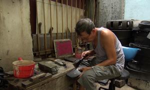 Nghệ nhân làm dép cao su cuối cùng ở Hà Nội