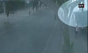 Tường dài 20 m ở Trung Quốc bất ngờ sập xuống người đi đường