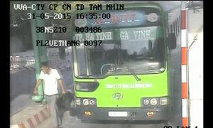 Hành khách bỏ trốn sau khi đâm phụ xe
