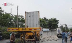 Xe container húc ôtô tải văng vào nhà dân