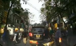 Dừng xe hơi rút gậy đánh nhau giữa đường Hà Nội