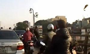 Tài xế xe Mercedes đánh sinh viên sau va chạm giao thông