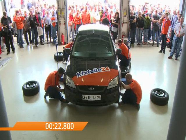 Kỷ lục thế giới thay 4 lốp xe chưa đến một phút