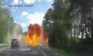Xe tải đâm ôtô phát nổ trên đường cao tốc Nga