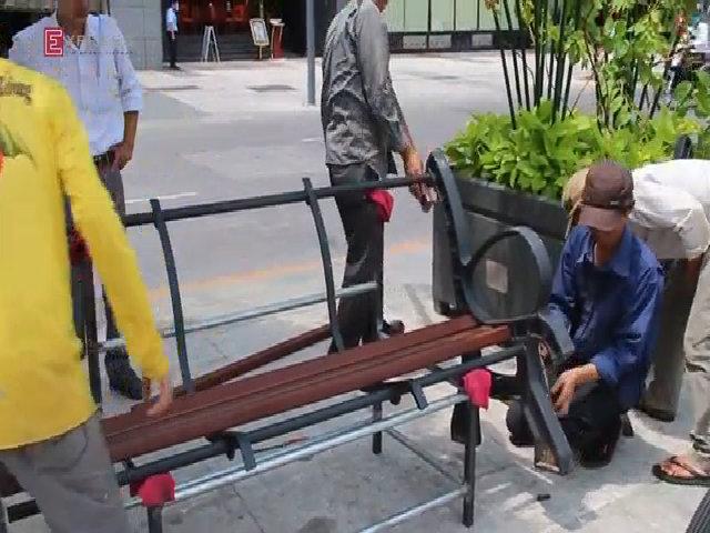 Lắp đặt ghế làm từ gỗ dầu ở quảng trường Nguyễn Huệ