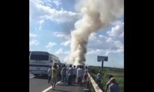 Xe chở 12 người cháy ngùn ngụt trên cao tốc Pháp Vân