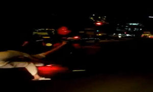 Biker Việt bốc đầu xe ngã văng xuống đường