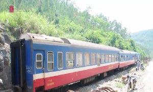 Tàu chở 500 khách trật bánh vì tảng đá trên đường ray