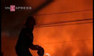 Nhiều người bỏ chạy khi kho vải cháy sang nhà dân