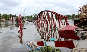Cầu bị xà lan kéo sập, người Sài Gòn chật vật vượt sông