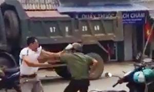 Người đàn ông rút dao đánh tài xế xe tải