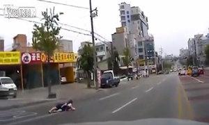 Người phụ nữ và đứa trẻ rơi khỏi ôtô vì quên chốt cửa