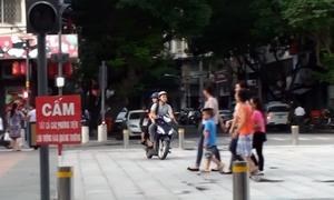 Bất chấp lệnh cấm, xe máy vô tư chạy trên quảng trường Nguyễn Huệ