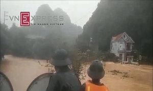 Hải quân dùng xe lội nước di dân khỏi vùng ngập lụt