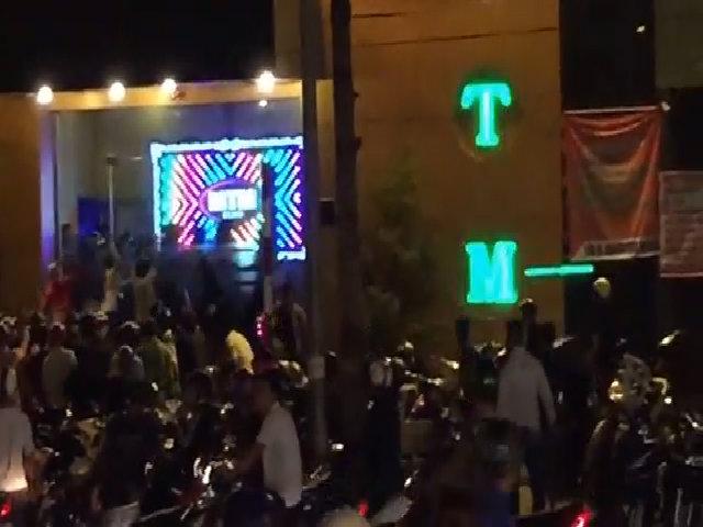 Hàng chục thanh niên chém trước quán bar lớn nhất Biên Hòa