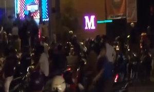 Hàng chục thanh niên vác mã tấu chém nhau tại quán bar lớn nhất Biên Hòa