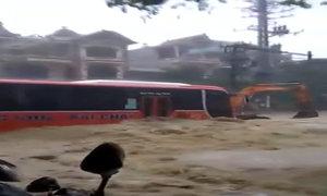Nước lũ cuồn cuộn tràn lên đường ở Quảng Ninh
