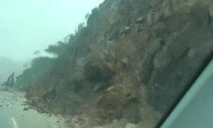Sạt lở đèo trong mưa lũ ở Hạ Long