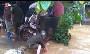 Giải cứu cụ ông bị nước lũ cuốn trôi xuống cống