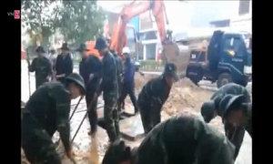 Hàng trăm bộ đội, công an dọn bùn giúp dân sau lũ
