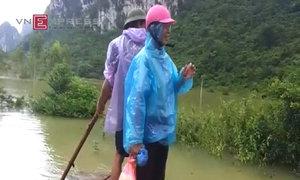Người dân chế bè di chuyển trong lũ tại Lạng Sơn