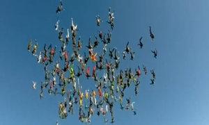 164 người nhảy dù xếp hình bông hoa khổng lồ trên bầu trời