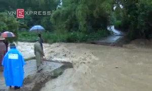 Lũ gây sập, cuốn trôi cầu bê tông ở Điện Biên