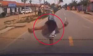 Bé trai sống sót dù bị ôtô húc văng 5m khi chạy qua đường
