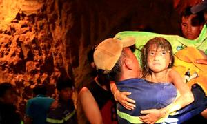 Khoảnh khắc bé gái 7 tuổi được giải cứu dưới hố sâu 13 m
