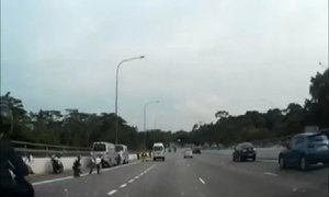 'Cơn mưa tiền' trên đường cao tốc ở Singapore