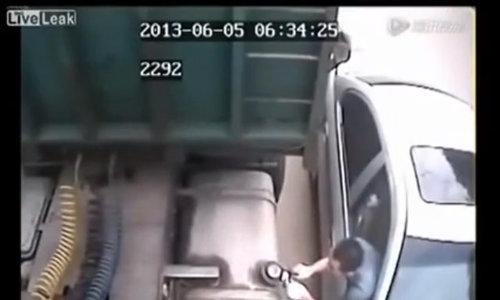 Ăn trộm xăng xe tải giữa đường