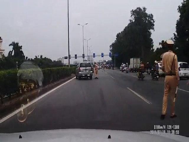 Cảnh sát vung gậy đập ôtô vì tài xế lái xe vượt mặt