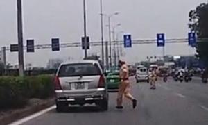 Ôtô 'đánh võng' qua 3 cảnh sát giao thông rồi chạy trốn