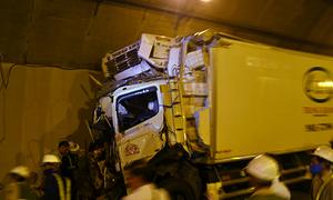 Đội cứu hộ cạy cửa xe cứu tài xế gặp nạn trong hầm Hải Vân