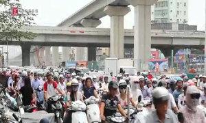 Người Hà Nội chen chúc vượt qua một loạt nút giao thông giờ cao điểm
