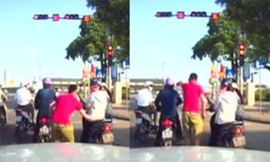 Tài xế ôtô quát người dừng đèn đỏ chắn đường rẽ phải
