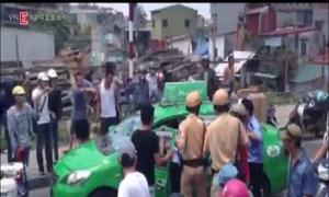 Taxi bỏ chạy náo loạn trên đường phố Hà Nội