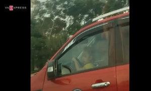 Bé gái lái ôtô bán tải trên đại lộ Thăng Long