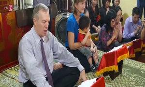 Đại sứ Mỹ cùng mẹ đội mưa lên chùa niệm kinh